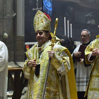 Arcybiskup Mario Delpini podczas procesji wejścia wkatedrze mediolańskiej, fot.: .chiesadimilano.it