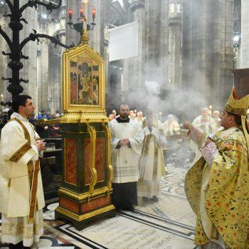 Arcybiskup Mario Delpini okadza specjalny wizerunek, któryniesiony jest wprocesji podczas święta 2 lutego, fot.: .chiesadimilano.it
