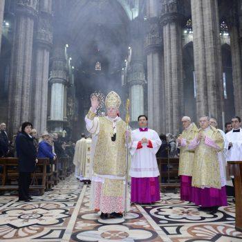 Kardynał Angelo Scola błogosławiący wiernych, fot.: flickr.com/angeloscola